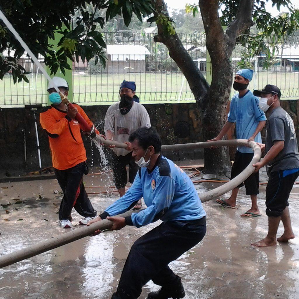 SDIT Ar Raihan Bersihkan Debu Kelud dibantu oleh tim BPBD Bantul.