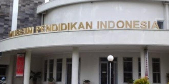 Seorang dosen sedang mengunjungi Museum Pendidikan Indonesia (MPI).